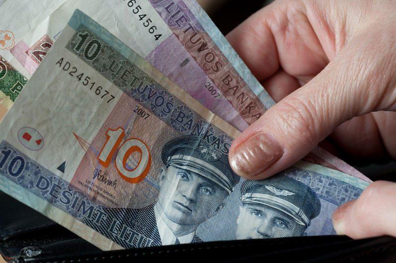 Emigrantai į Lietuvą pinigų siunčia vis mažiau