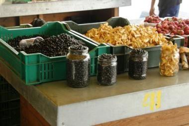 Į turgų vilioja pigesnės uogos, grybai ir daržovės