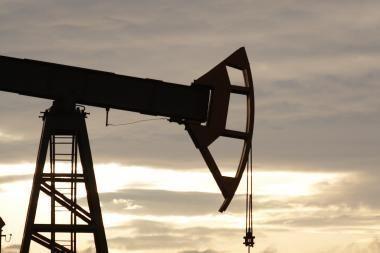 Smunkant paklausai, naftos kainos traukia žemyn