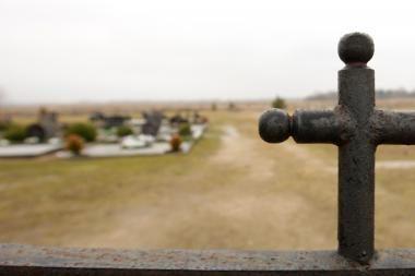 Kėdainiuose kapines išniekinę vandalai areštinėje laukia bausmės