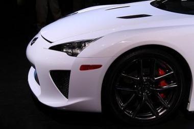 """Lexus LF-A"" duslintuvas gali ""išsprogdinti"" stiklinę taurę"