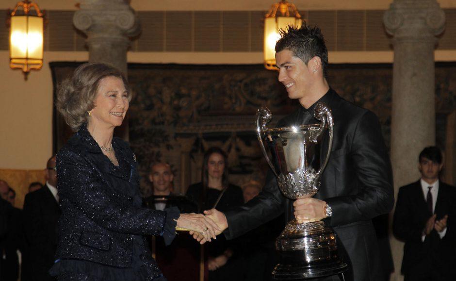 Apsijuokė: C. Ronaldo į Karališkuosius rūmus žengė žiaumodamas gumą