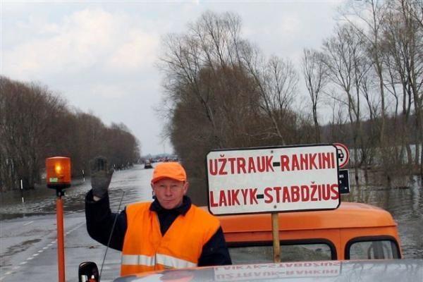 Vanduo apsemtame kelyje Šilutė-Rusnė toliau kyla