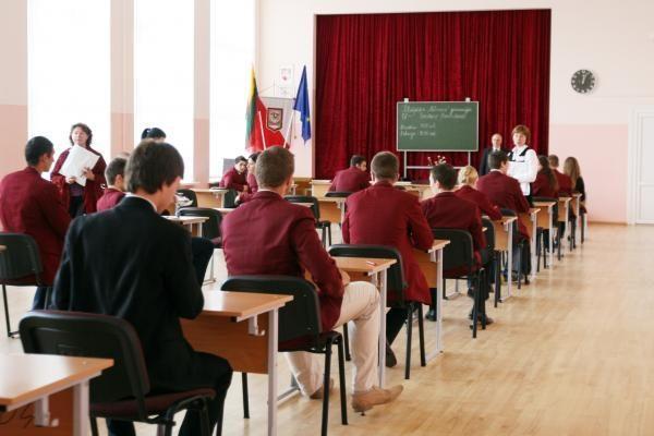 2010 metais abiturientams bus du privalomi egzaminai