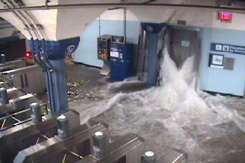 """JAV tebeskaičiuojamos """"Sandy"""" aukos, vėl atidarytas Niujorko metro"""