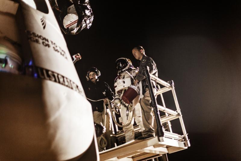 Viršgarsinis šuolis iš kosmoso antradienį neįvyko (papildyta)