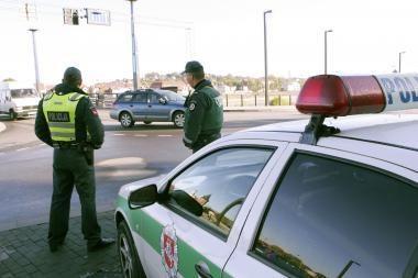 Pradedančioji vairuotoja taranavo policininką