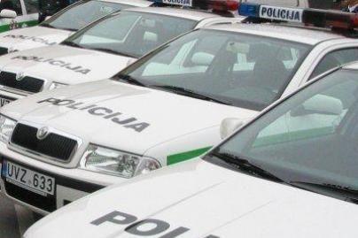 Policijos pareigūnai atsiriboja nuo protesto akcijų