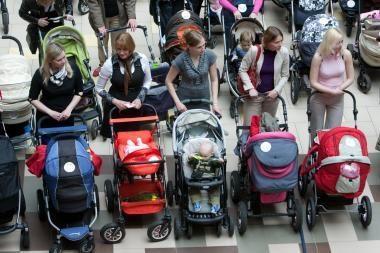 Nuo 2012-ųjų siūloma keisti motinystės pašalpų skyrimą