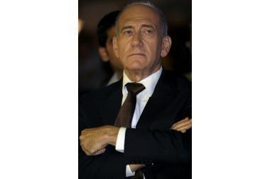 E.Olmertas traukiasi iš posto
