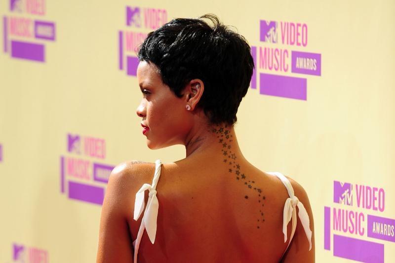 Rihanna šokiruoja: šukuosena, suknelė, nagai (nuotraukos)