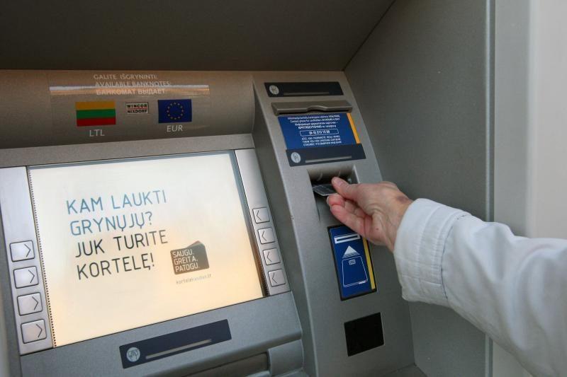 """LB: pinigų trūkumas """"Snoro"""" bankomatuose – techninis nesklandumas"""