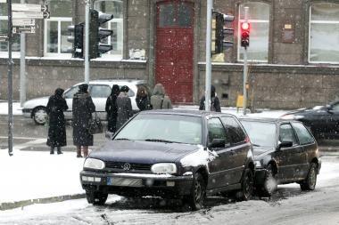 Draudikų prognozė: dėl sniego ir plikledžio gali dvigubai padaugėti avarijų