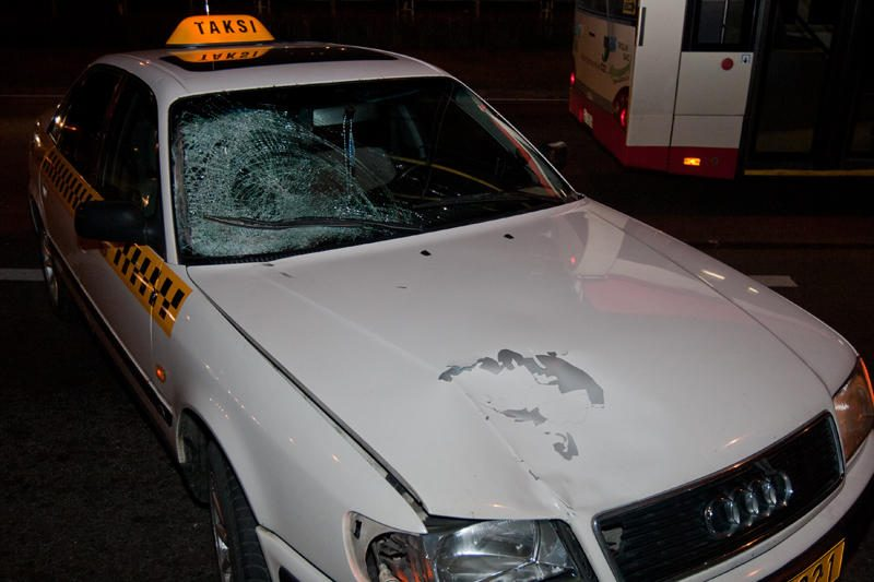 Girtas šiaulietis kumščiu suskaldė taksi langą
