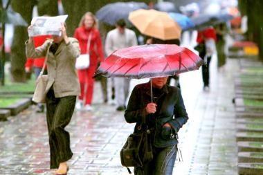 Vasaros pradžią pasitiksime su skėčiais