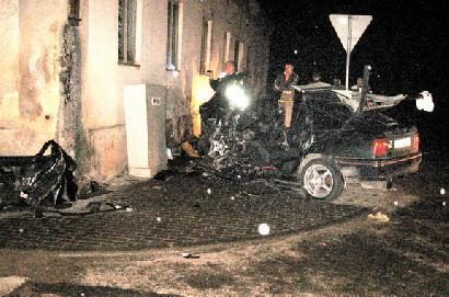 Automobiliui atsitrenkus į pastato sieną, žuvo vairuotojas