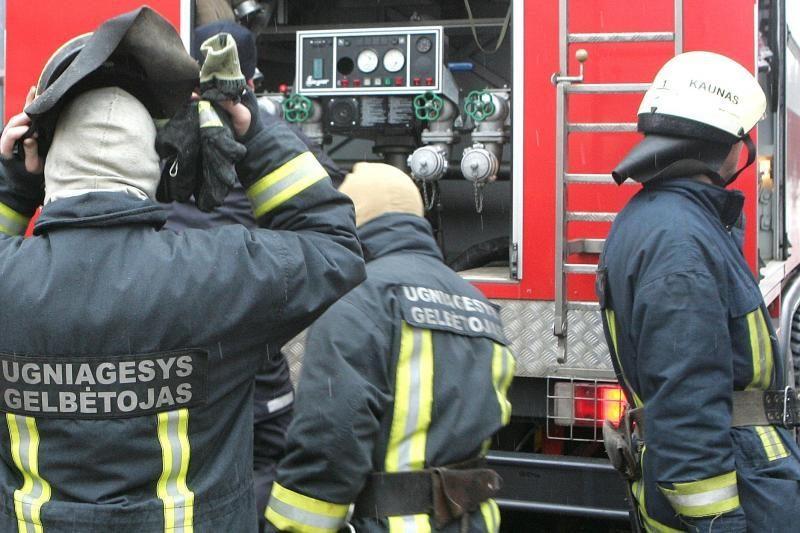 Ugniagesiai išgelbėjo į namo rūsį įkritusį benamį