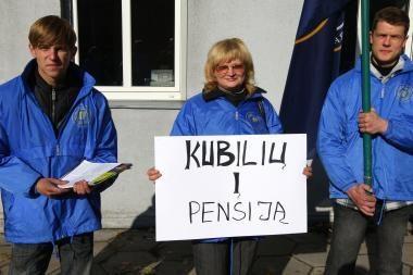 Seimo pirmininkei įteikti parašai prieš pensinio amžiaus ilginimą