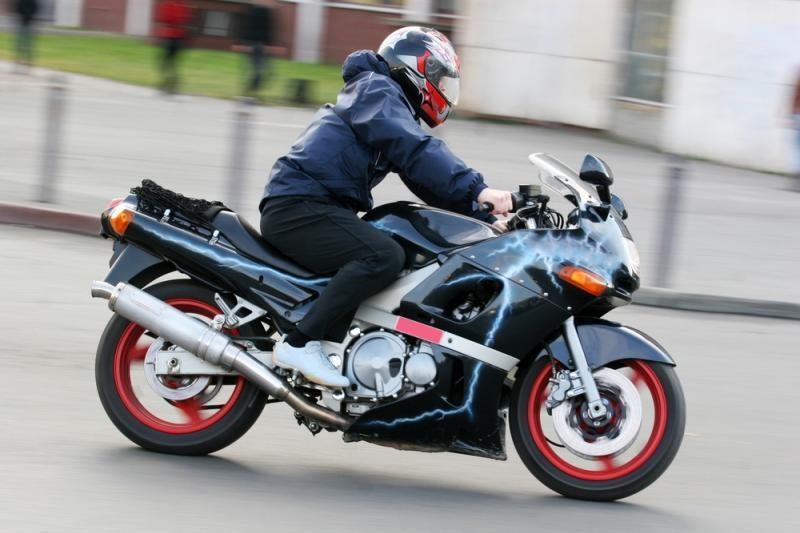 Motociklininko mėginimas sprukti nuo policijos baigėsi rimtais nemalonumais