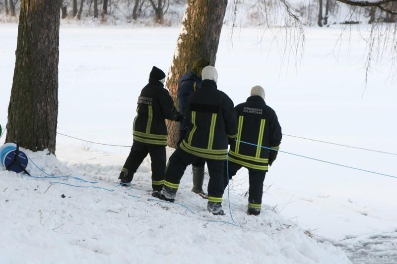 Ledas tirpsta,    ugniagesiai    nerimsta