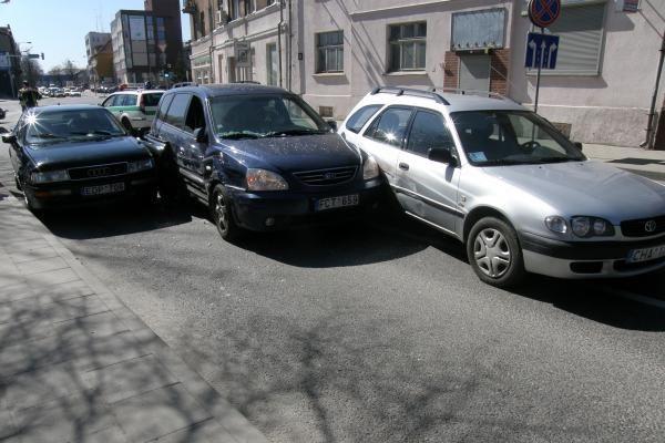 Galinio Pylimo gatvėje šonais susiglaudė trys mašinos