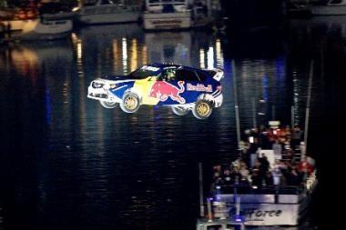 Naujas pasaulio rekordas: automobilis nuskriejo 82 metrus