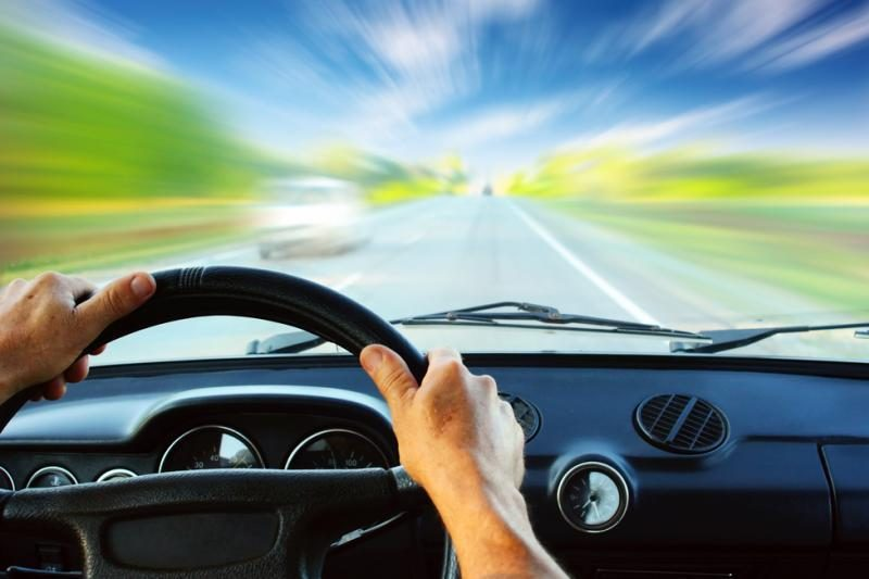 Kaip priversti jaunus vairuotojus vairą laikyti abiem rankomis?