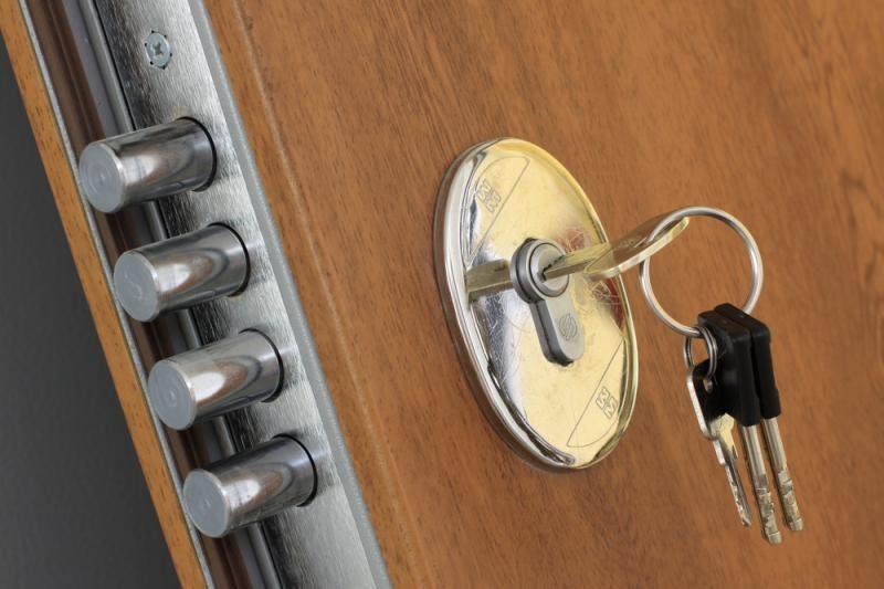 Ukmergėje šešiolikmečiai apiplėšė butą išėmę duris