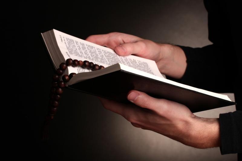 Izraelio deputatas viešai sunaikino Naujojo Testamento egzempliorių