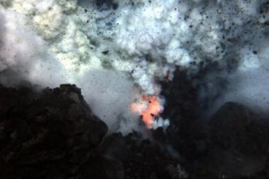 Nufilmuotas povandeninio ugnikalnio išsiveržimas