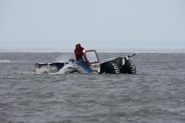 Lipti ant Kuršių marių ledo - pavojinga
