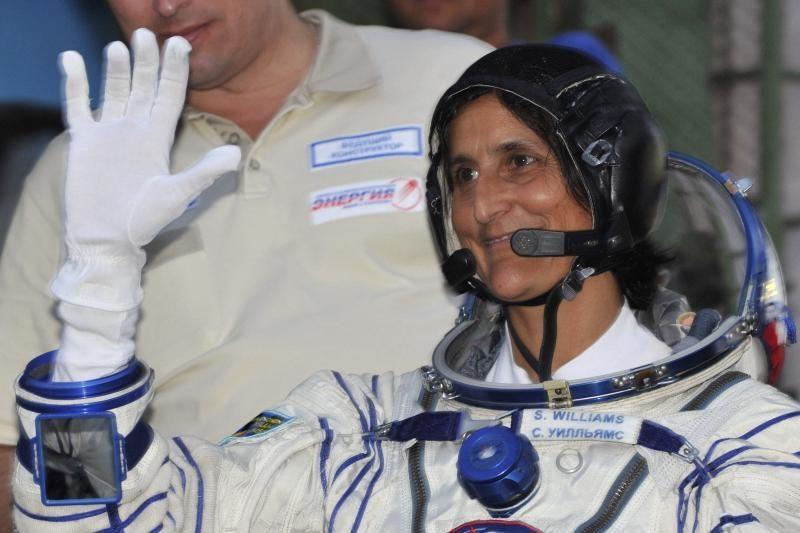 Moteris perėmė vadovavimą TKS įgulai, daliai įgulos grįžus į Žemę