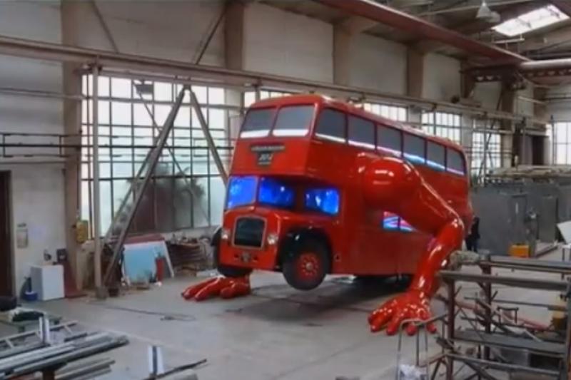Londone – atsispaudimus darantis dviaukštis autobusas