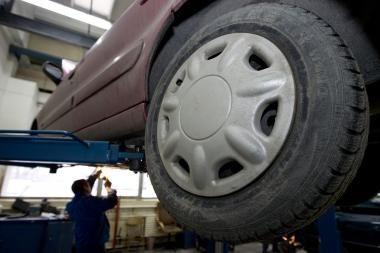 Vilniečiai po liūčių taiso automobilius ir suka galvas dėl draudimo
