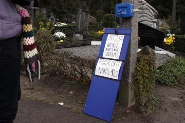 Kapinėse pakabinta aukų vaikams dėžutė - sukčių išmonė?