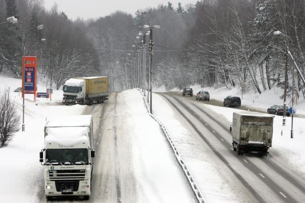 Eismos sąlygos išlieka sudėtingos, sninga didžiojoje Lietuvos dalyje