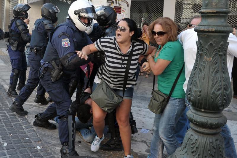 Graikijoje tūkstančiai žmonių sukėlė riaušes