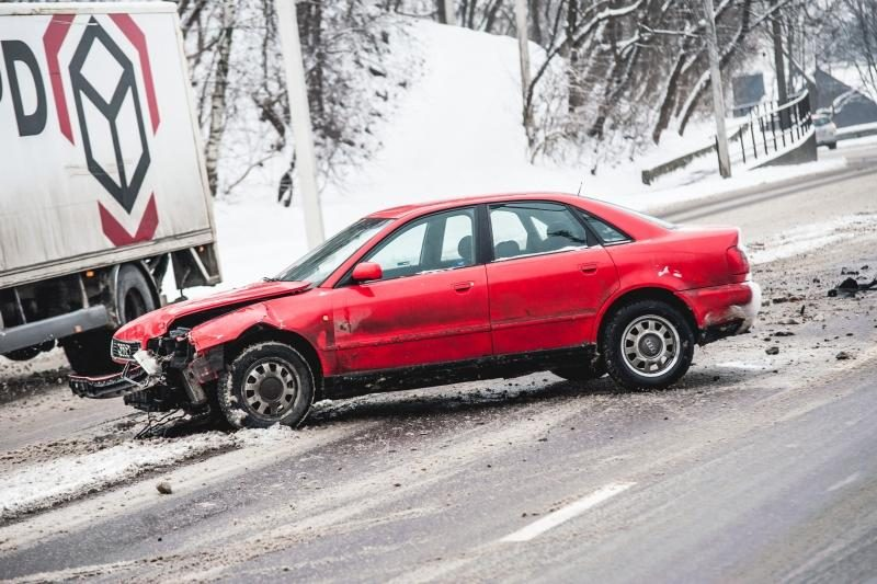 Sniego gniaužtuose atsidūrusiame Kaune – daugiau avarijų