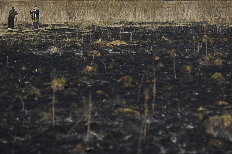 Ugniagesiai per parą 47 kartus gesino degančią žolę