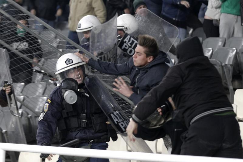 """Karas tarp """"Panathinaikos"""" ir """"Olympiacos"""" fanų (yra žuvusiųjų)"""