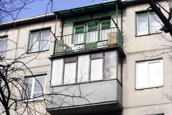 Žuvo pensininkas, įtariama, kad iššoko iš devinto aukšto