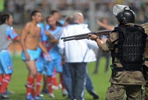 Brazilijoje futbolininkai įsigudrino spardyti net policijos pareigūnus