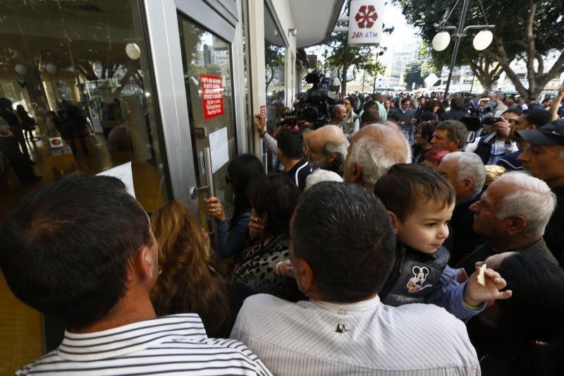 Kipro bankams atnaujinus darbą nutįso klientų eilės