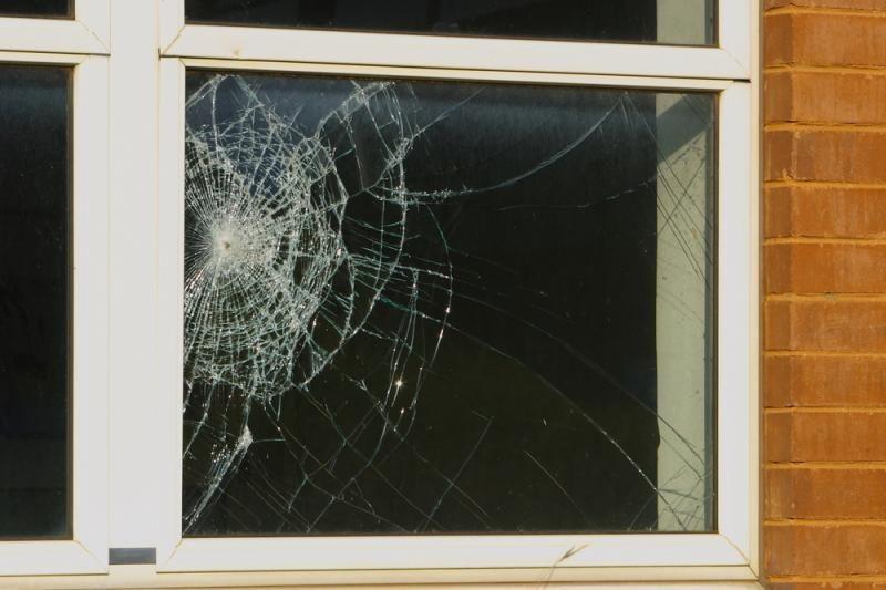 Išdaužė   policijos   nuovados   lango   stiklą