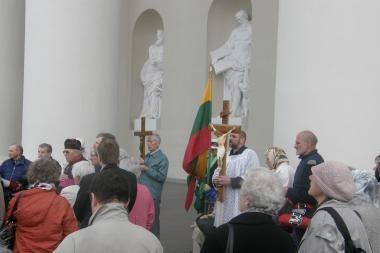 Prieš gėjų eitynes - tikinčiųjų malda prie Katedros