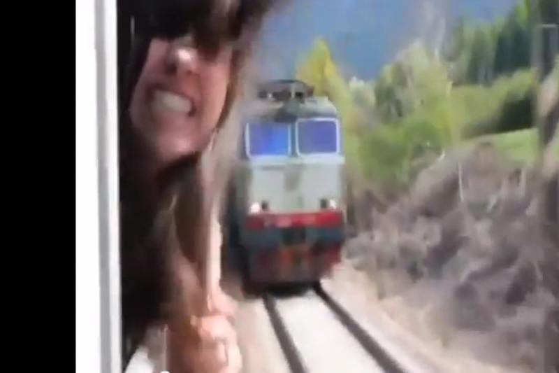 Prieš kamerą besimaivanti mergina vos neliko be galvos