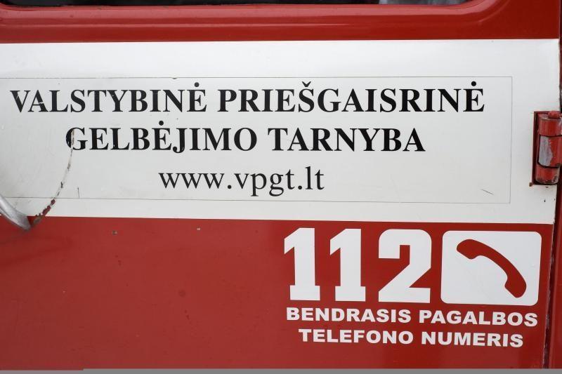 Vilniuje ugniagesiai gesina gaisrą bute