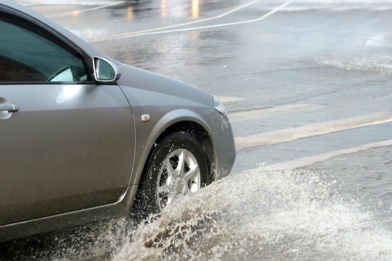 Penkios taisyklės, kaip vairuojant nepaslysti ant vandens