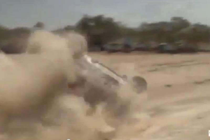 Vaizdai, kaip Dakaro ralyje apvirto B. Vanago automobilis
