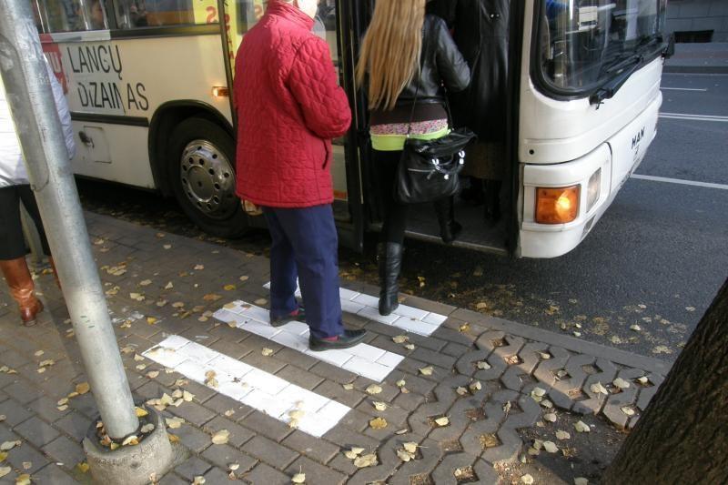Ant šaligatvių - naujos žymos autobusų vairuotojams ir keleiviams